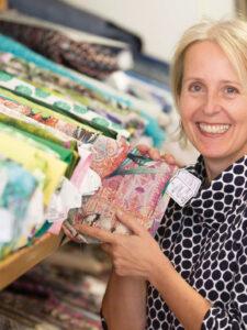 Barbi Kleinermann mit Stoffen in der Hand